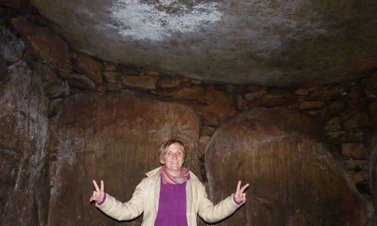 Dentro del Dolmen de Kercado.