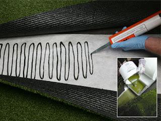 Trải điểm keo lên bề mặt bạt dán cỏ