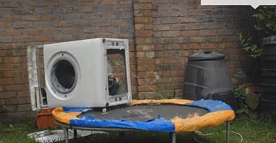 Vídeo engraçado de destruição de máquina de lavar