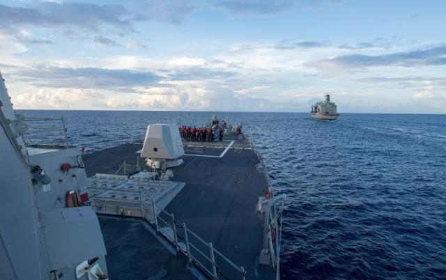 Um navio de guerra norte-americano provocou a revolta da China ao passar perto de uma pequena ilha reivindicada por Pequim no Mar da China Meridional