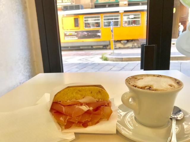 ラテマキアートと生ハムのサンドイッチ ミラノ価格で3.5ユーロ