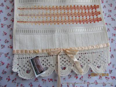 Toalha de Mão com Barrado em crochê e Bordado Vagonite