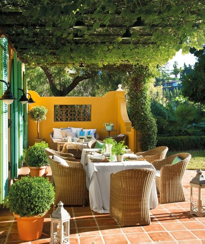 Dom w Hiszpanii z turkusowymi okiennicami, wystrój wnętrz, wnętrza, urządzanie domu, dekoracje wnętrz, aranżacja wnętrz, inspiracje wnętrz,interior design , dom i wnętrze, aranżacja mieszkania, modne wnętrza, styl francuski, styl rustykalny, weranda, patio