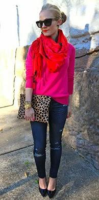 Camisola rosa, encharpe vermelha