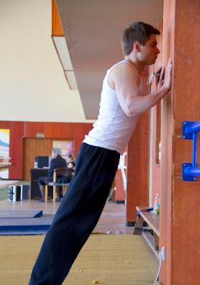 Cara melakukan push up dinding