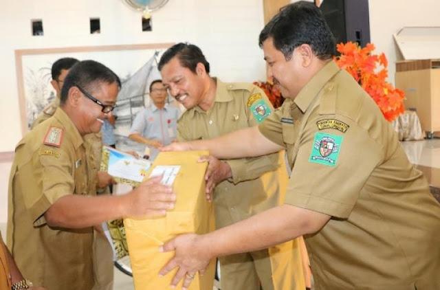 Wakil Bupati Simalungun Berikan Hadiah kepada Camat Berprestasi