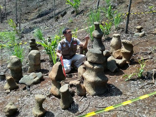 Batu-batu Aneh Mirip Bidak Catur di Sukabumi