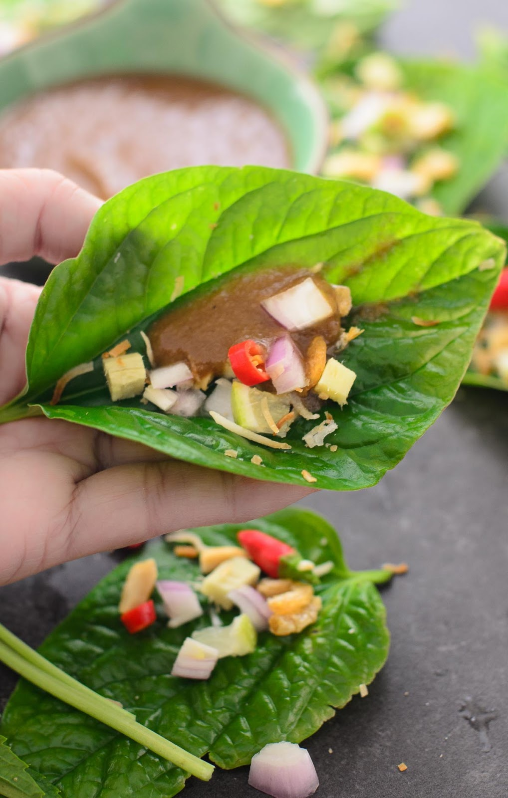 How to eat Miang Kham