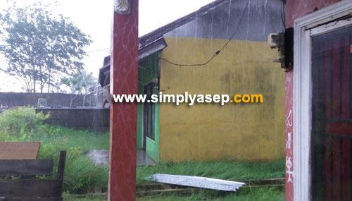 RUSAK : Atap rumah milik tetangga saya terbang karena tiupan angin kencang disertai hujan petir.  Rumah ini kebetulan kosong.  Foto Asep Haryono