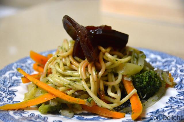 ספגטי בריאות צבעוני טבעוני - Colorful vegan spaghetti dish