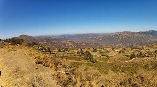 Bonito vale e vegetação cerrada