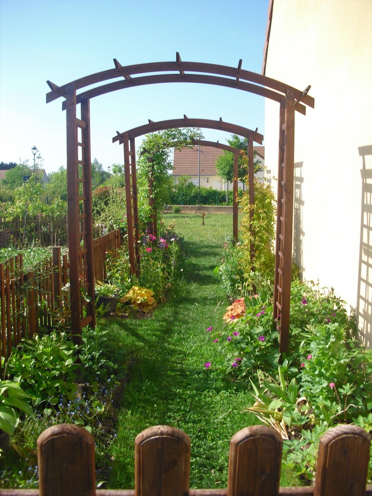 Mon petit jardin en Sologne: L\'allée fleurie en mai