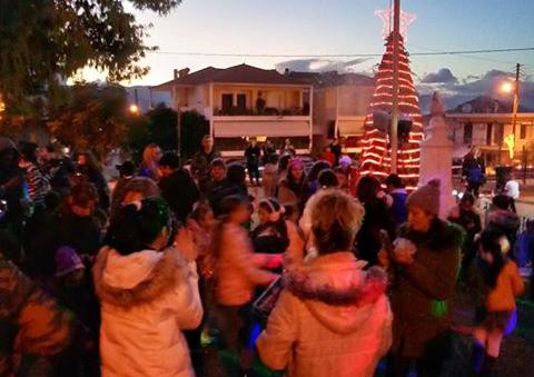 Γέμισε παιδικά χαμόγελα η πλατεία της Άριας στην φωταγώγηση του Χριστουγεννιάτικου δέντρου