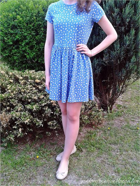 Niebieska sukienka, baleriny, bransoletka