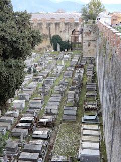 ピサの城壁から見る墓地