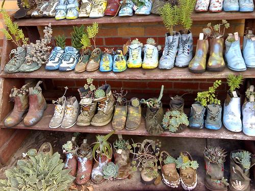 8c8eb57c66d Κι αν δεν είστε απολύτως σίγουροι ότι σας αρέσει η μόνιμη ...παρουσία των  παπουτσιών σαν γλάστρες στο μπαλκόνι ή τον κήπο σας, χρησιμοποιείστε τα  προσωρινά ...