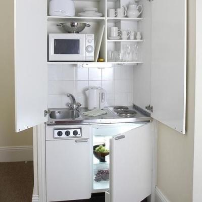 ngin posisi bak cuci piring di sebelah kiri atau di sebelah kanan kompor?