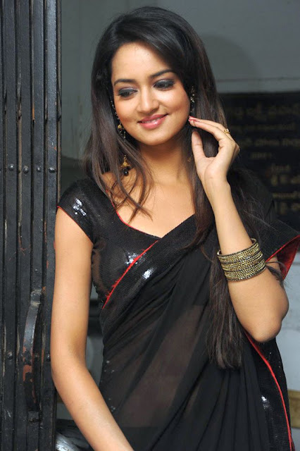 actress in black saree