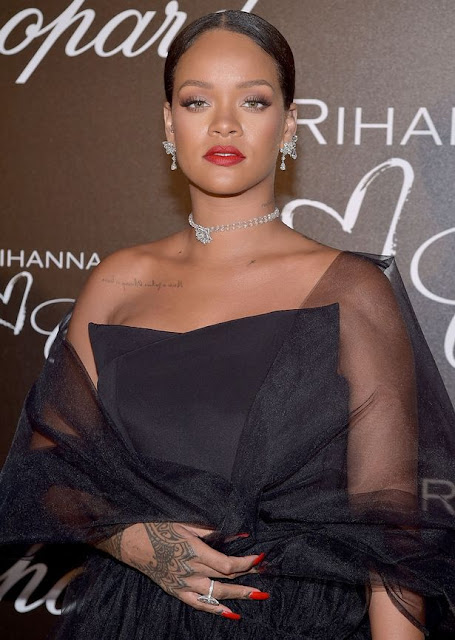 photos rihanna dazzles in diamond henna hand tattoo as she launches new jewellery. Black Bedroom Furniture Sets. Home Design Ideas