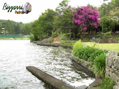 Construção de lagos com os muros de pedra rústica com a execução do paisagismo.