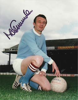 Mike Summerbee a fotografato a Maine Road, mitico stadio del Manchester City dal 1923 al 2003. Maine Road fu in seguito demolito nel 2004.