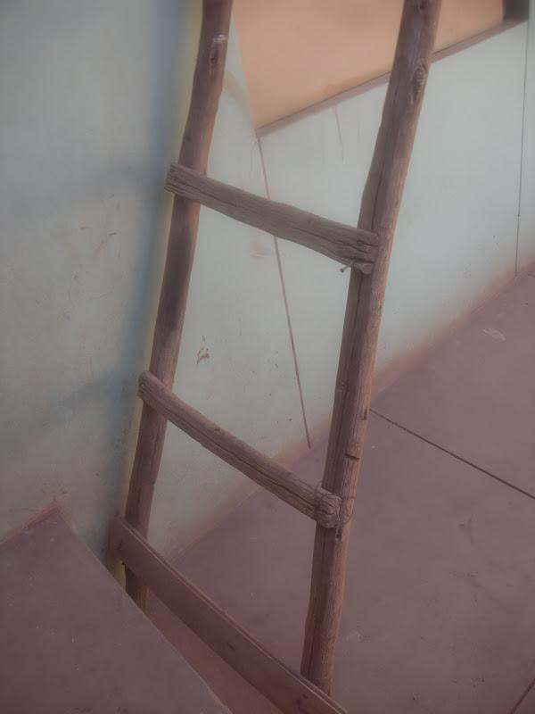 este era el antes como ven la antigua escalera era muy peligrosa ya que la vez pasada una visita fue a mi casa y se golpeo su rodilla por ello decid