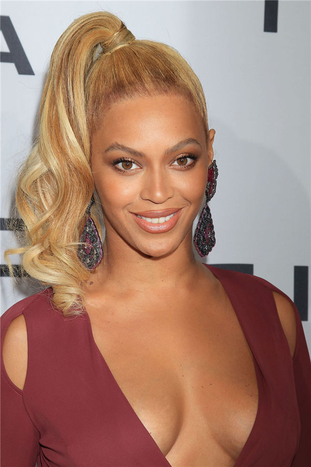 Photos: Beyonce, wore a plunging neckline to make you lose your head
