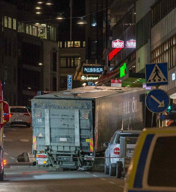Atentado terrorista com caminhão em Estocolmo fez 5 mortos e 15 feridos, em 7.4.2017.