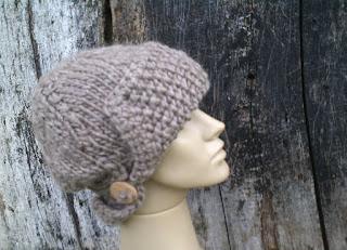 cabeça de manequim com gorro tricotado com lã de ovelha