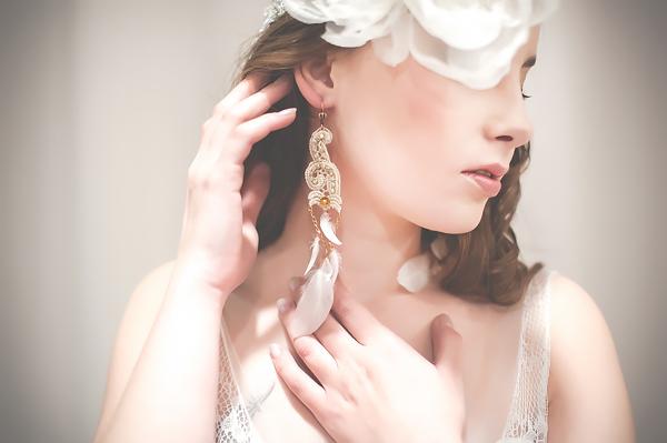 Kolczyki ślubne boho z piórkami i koronką, PiLLow Design, kolekcja Lace Me