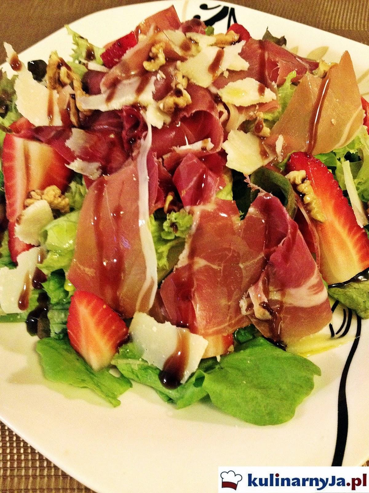 Sałatka z truskawkami, prosciutto i redukcją balsamiczną