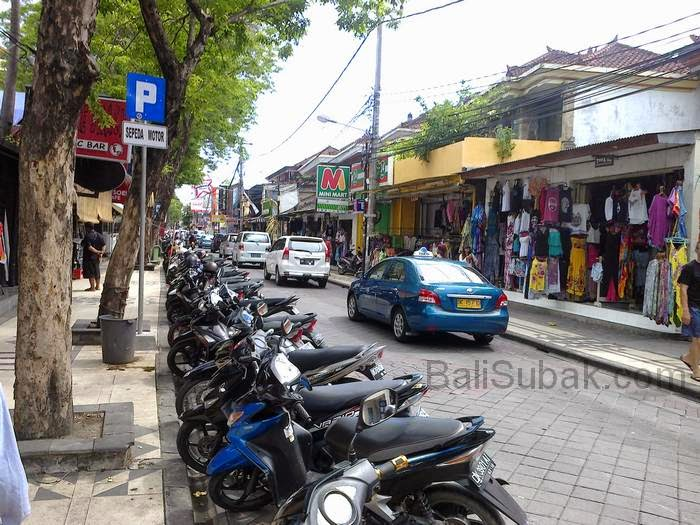 Jalan Legian in Kuta is always crowded with vehicles