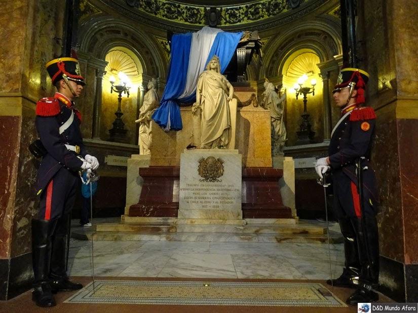 Guardas em frente ao mausoléu - Catedral Metropolitana de Buenos Aires