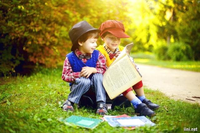 ảnh 2 cậu bé đang đọc sách