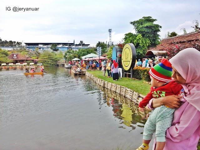Menikmati suasana di Floating Market, Lembang