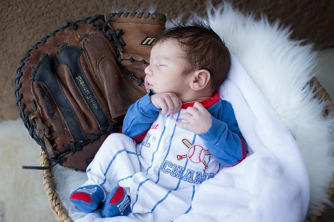 pixabay.com/en/newborn-baseball-glove-adorable-2818284/