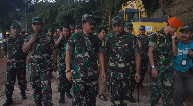 Tinjau Lokasi Tanah Longsor di Puncak Bogor