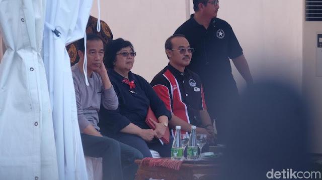 Dia memantau burung-burung, mendengarkan kicaunya. Para peserta kontes memperebutkan Piala Presiden Jokowi. Ada puluhan burung yang ikut kontes.