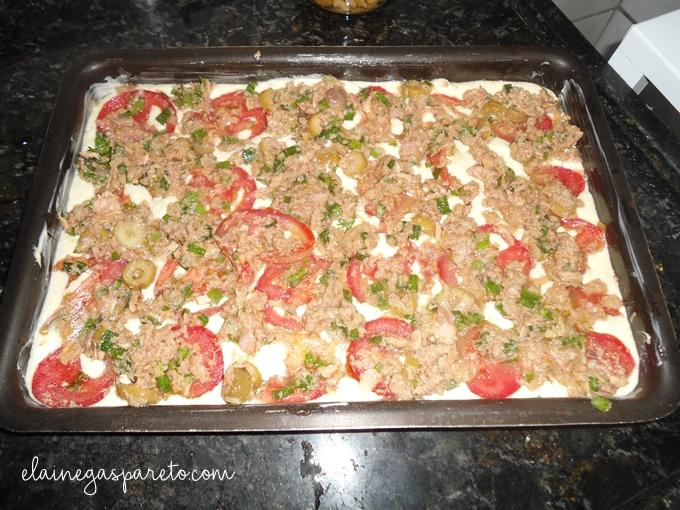 bolo fofinho de atum pronto para ir ao forno