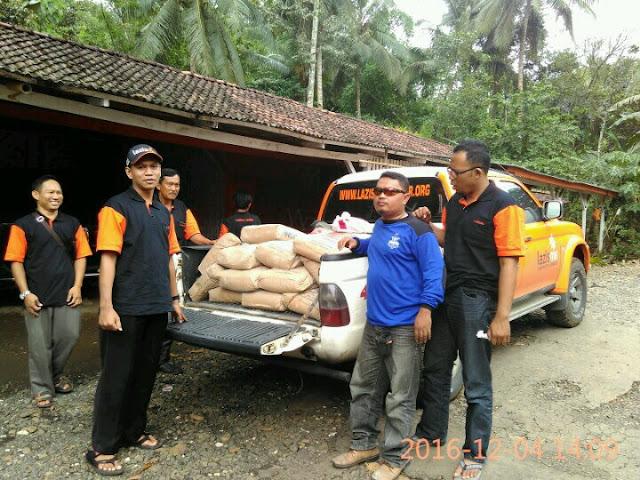 Team Lazismu dan KOKAM PDPM Jember bersiap membawa bantuan semen untuk korban tanah longsor