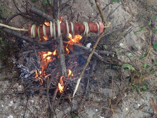 Rozpalamy ognisko na plaży Corbu