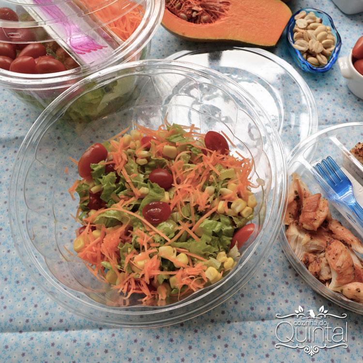 Salada simples, colorida, fresca, deliciosa. Na Saladeira G 633 da Galvanotek, ela fica chiquérrima =)