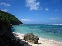 Asyiknya Berjemur Ala Private Beach di Objek Wisata Pantai Green Bowl
