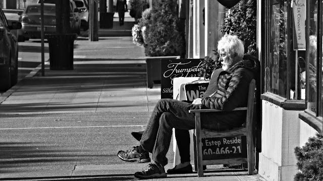 A couple enjoy a bench and warm sunshine in Laconnor, Washington...