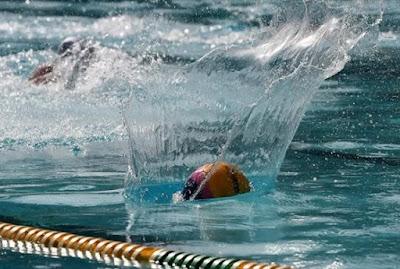 Δείτε τι συμβαίνει κάτω από το νερό σε έναν αγώνα πόλο γυναικών