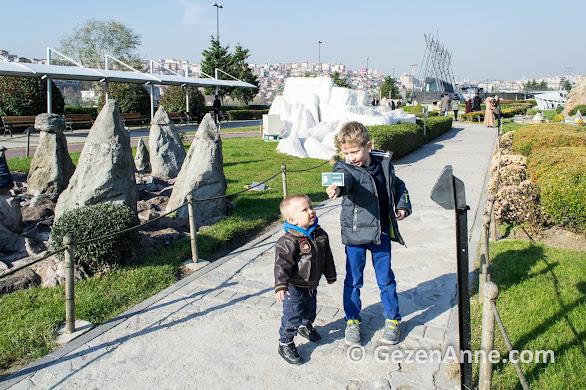 Peri bacaları ve Pamukkale önünde dolaşırken, Miniatürk