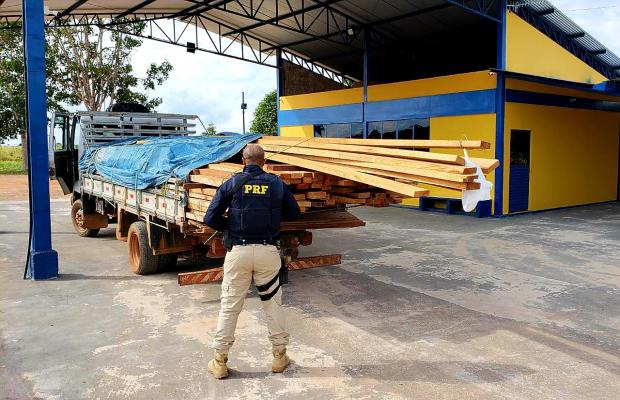 PRF apreende carga de madeira ilegal em Guajará-Mirim