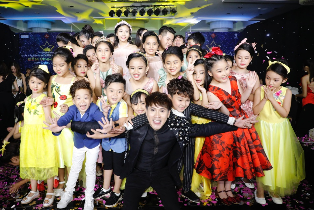 Ca sĩ Nguyên Vũ cùng Á hậu Thuý Vân hòa mình cùng các em nhỏ tại Lễ trao giải Người mẫu nhí 2017