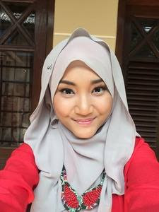 "Fatin Shidqia Lubis lahir di Jakarta, 30 Juli 1996 dari pasangan Bpk. Bahari Lubis dan Ibu Nurseha. Fatin Shidqia atau Fatin adalah seorang penyanyi berkebangsaan Indonesia yang merupakan juara pertama  ajang pencarian bakat X Factor Indonesia musim pertama yang diselenggarakan di Televisi RCTI. Saat mendaftar kompetisi X Factor Indonesia, Fatin Shidqia Lubis masih berstatus sebagai siswi kelas 2  jurusan IPS di SMA Negeri 97 Jagakarsa, Jakarta Selatan.  Fatin mengikuti audisi musim pertama dari X Factor Indonesia dengan membawakan lagu Bruno Mars yang  berjudul ""Grenade"". Kala itu dia masih memakai seragam OSIS sekolah karena dia sebelumnya izin sekolah  untuk mengikuti audisi"