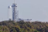 Rollout - wytaczanie rakiety Falcon 9 z hangaru na stanowisko startowe na finiszu (po lewej) i po ukończeniu (po prawej), gdzie Dragon 2 znalazł się po raz pierwszy na szczycie Falcona 9 i przy zmodyfikowanej już pod misje załogowe wyrzutni LC-39A. Credits: SpaceflightNow
